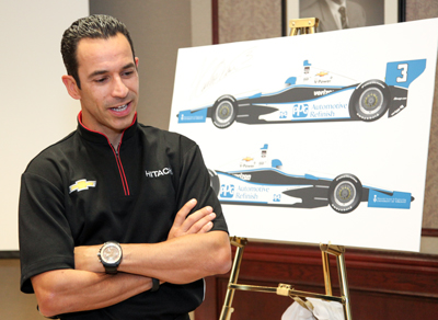 Hélio Castroneves with a poster of his racecar (Photo: Roberta Baker).